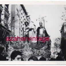 Fotografía antigua: SEMANA SANTA SEVILLA, 1977, PASO MISTERIO HERMANDAD DE SAN BENITO,105X75MM. Lote 166379282