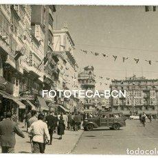 Fotografía antigua: FOTO ORIGINAL A CORUÑA CALLE DE LA CIUDAD COCHE AUTOMOVIL AÑOS 50. Lote 167014544