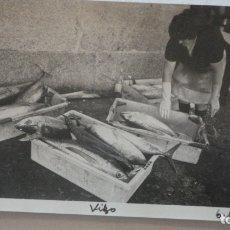 Fotografía antigua: ANTIGUA FOTOGRAFIA.PESCADERA EN LONJA.VIGO 1974. Lote 167743764