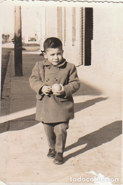 BONITA FOTOGRAFÍA. NIÑO CON UNA NARANJA. 50-60S. CB (Fotografía Antigua - Fotomecánica)
