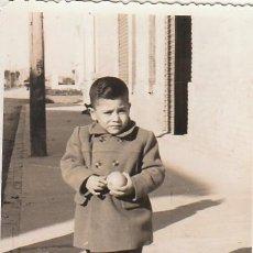 Fotografía antigua: BONITA FOTOGRAFÍA. NIÑO CON UNA NARANJA. 50-60S. CB. Lote 167958800