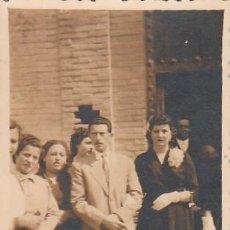 Fotografía antigua: FOTOGRAFÍA ANTIGUA. PAREJA ELEGANTE A LA SALIDA DE LA IGLESIA. AÑOS 40. CB. Lote 167959252