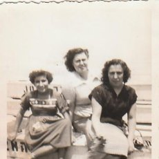 Fotografía antigua: BONITA FOTOGRAFÍA. TRES AMIGAS EN UNA BARCA, LAS ARENAS, VALENCIA. AÑOS 40. CB. Lote 167962248