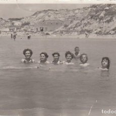 Fotografía antigua: CURIOSA FOTO. GRUPO AMIGOS NADANDO EN EL MAR. AL FONDO MONTAÑAS. . Lote 167963644