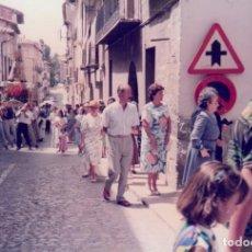 Fotografía antigua: BONITA FOTOGRAFÍA. PROCESIÓN CON LA VIRGEN DE LOS DESAMPARADOS EN PUEBLO DE VALENCIA? 80S.. Lote 167964976