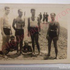Fotografía antigua: FOTOGRAFÍA ANTIGUA ORIGINAL. HOMBRES. BAÑADOR. PLAYA. CANARIAS. 1932 (9 X 7 CM). Lote 168056140