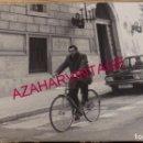 Fotografía antigua: LOGROÑO, 1980, EL CONCEJAL DE ALIANZA POPULAR, NEFTALI ISASI, 240X180MM. Lote 168092464