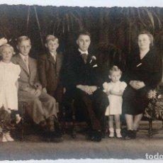 Fotografía antigua: CTC - ANTIGUA FOTOGRAFIA FAMILIA POSANDO - PAPEL GEVAERT REVERSO PARTIDO TIPO POSTAL - VINTAGE. Lote 168214448