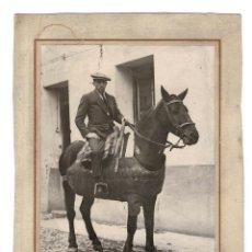 Fotografía antigua: FOTOGRAFÍA HOMBRE A CABALLO. FOTÓGRAFO BALDOMERO. 22 X 29 CM. Lote 168290872