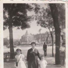 Fotografía antigua: BONITA FOTO. GRUPO FAMILIAR EN MADRID, CON LA FUENTE DE LA CIBELES AL FONDO. AÑOS 50-60. TAXIS?. Lote 168469716