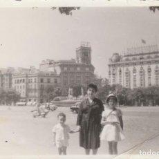 Fotografía antigua: BONITA FOTO. GRUPO FAMILIAR, MADRID. FUENTE CIBELES AL FONDO. LUMINOSO LA SUD AMÉRICA 50-60S VESPA.. Lote 168470040