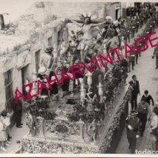 Fotografía antigua: SEMANA SANTA SEVILLA, AÑOS 50, BANDA DE LA GUARDIA CIVIL TRAS EL PASO DE LA EXALTACION,105X75MM. Lote 168503236