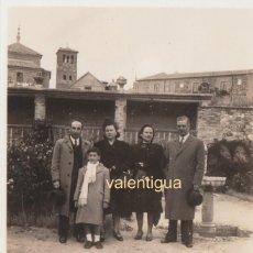 Fotografía antigua: INTERESANTE FOTOGRAFÍA. GRUPO FAMILIAR, AL FONDO CAMPANARIO IGLESIA SANTO TOMÉ, TOLEDO. AÑOS 40.. Lote 168599620