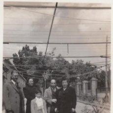 Fotografía antigua: BONITA FOTOGRAFÍA. FAMILIA EN UN JARDÍN DE TOLEDO? AÑOS 40.. Lote 168602856
