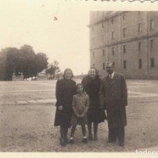 Fotografía antigua: BONITA FOTOGRAFÍA. FAMILIA POSANDO EN TOLEDO? AÑOS 40.. Lote 168603460