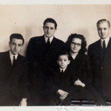 Fotografía antigua: PRECIOSO Y PEQUEÑO RETRATO DE ESTUDIO. FAMILIA . FOTÓGRAFO V. FEX, VALENCIA. AÑOS 40.. Lote 168605156