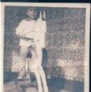 Fotografía antigua: FOTOGRAFIA NIÑO JUGANDO CON CABALLITO DE MADERA - 6 X 8,5 CM. Lote 168786760