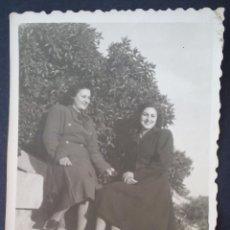 Fotografía antigua: CTC - ELEGANTES MUJERES POSANDO - AÑOS 50 (1958) - FOTOGRAFIA VINTAGE. Lote 168870668