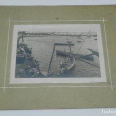 Fotografía antigua: FOTOGRAFIA DE LA BAHIA DE LA CORUÑA, BARCAS, MIDE 25,5 X 20,5 CMS. CON EL PASPARTOUT.. Lote 168888704