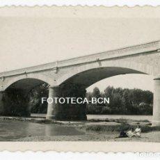 Fotografía antigua: FOTO ORIGINAL TORROELLA DE MONTGRI PUENTE SOBRE EL RIO TER AÑOS 40. Lote 169075844