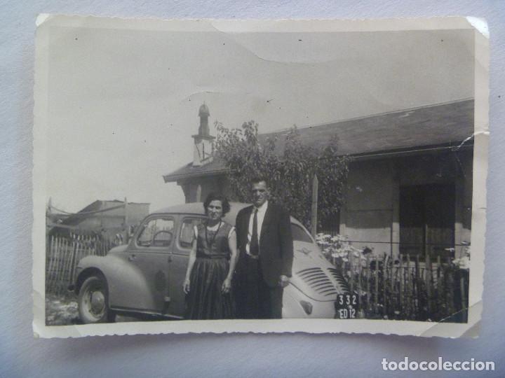 FOTO DE PAREJA Y UN VOLKSWAGEN MATRICULA EXTRANJERA (Fotografía Antigua - Fotomecánica)