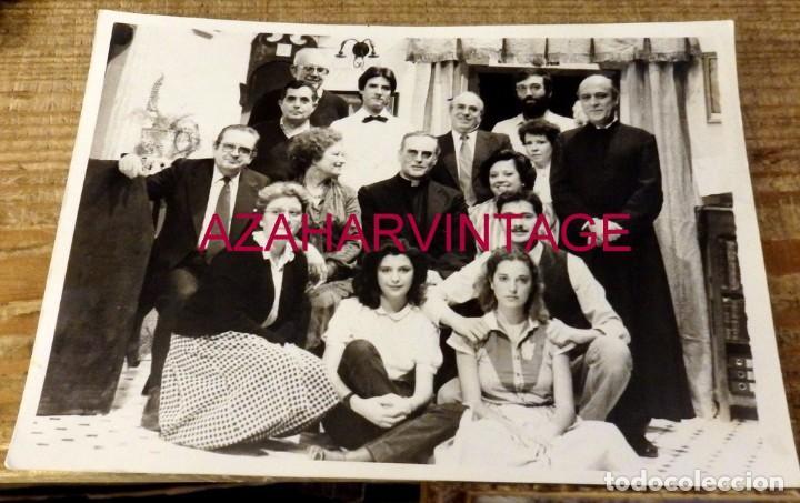 SEVILLA, 1984, MONSEÑOR AMIGO VALLEJO CON LA COMPAÑIA DE TEATRO ALVAREZ QUINTERO,178X128MM (Fotografía Antigua - Fotomecánica)