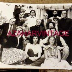Fotografia antiga: SEVILLA, 1984, MONSEÑOR AMIGO VALLEJO CON LA COMPAÑIA DE TEATRO ALVAREZ QUINTERO,178X128MM. Lote 169912320