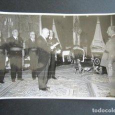 Fotografía antigua: AÑO 1955. ANTIGUA FOTOGRAFÍA DE FRANCISCO FRANCO DURANTE RECEPCIÓN. . Lote 169985708