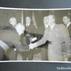 Fotografía antigua: AÑO 1955. ANTIGUA FOTOGRAFÍA DE FRANCISCO FRANCO DURANTE RECEPCIÓN. . Lote 169985736