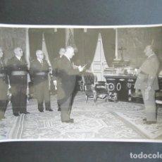 Fotografía antigua: AÑO 1955. ANTIGUA FOTOGRAFÍA DE FRANCISCO FRANCO DURANTE RECEPCIÓN. . Lote 169985760