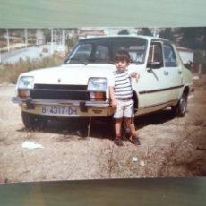Fotografía antigua: FOTOGRAFIA NIÑO DELANTE COCHE RENAULT 7. Lote 170053724