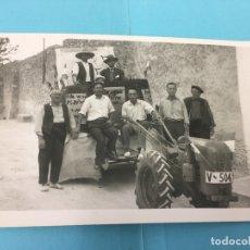 Fotografía antigua: MULA MECANICA PARTICIPANDO EN CABALGATA HUMORISTICA EN UN PUEBLO DE VALENCIA. Lote 170414888