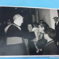 Fotografía antigua: VISITA DE UN OVISPO A UN PUEBLO, MUJER BESANDO SUS MANOS Y BANDA DE MUSICA AL FONDO. Lote 170415624