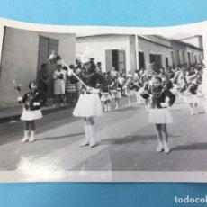 Fotografía antigua: DESFILE DE NIÑAS EN UNIFORME, FECHADA POR DETRAS, 1968. Lote 170419104