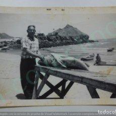 Fotografía antigua: FOTOGRAFÍA ANTIGUA. SEÑOR LIMPIANDO PESCADO EN LA PLAYA. 1962. (12,5 CM X 9 CM).. Lote 170925310