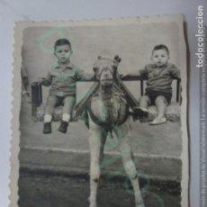 Fotografía antigua: FOTOGRAFÍA ANTIGUA. NIÑOS EN CAMELLO. 1964. (8 CM X 6 CM).. Lote 170926605