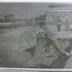 Fotografía antigua: FOTOGRAFÍA ANTIGUA. CABALLERO EN BIARRITZ. 1951. (11,7 CM X 8,7 CM).. Lote 170927360