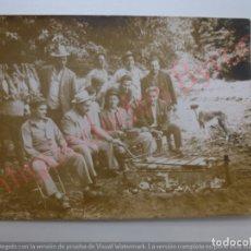 Fotografía antigua: FOTOGRAFÍA ANTIGUA ORIGINAL. CAZADORES. CONEJOS. PERRO. BARBACOA. (10,5 X 7,5 CM). Lote 170929850