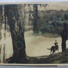 Fotografía antigua: FOTOGRAFÍA ANTIGUA. PESCADOR CON PERRO. (23,5 CM X 17,5 CM).. Lote 170930785