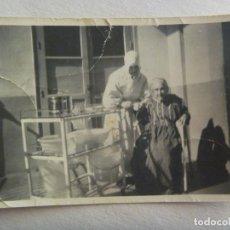 Fotografía antigua: FOTO DE RELIGIOSA, MONJA , ATENDIENDO A UNA ANCIANA ENFERMA . AÑOS 40. Lote 171139650
