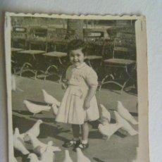 Fotografía antigua: MINUTERO FOTOGRAFO DEL PARQUE Mª LUISA SEVILLA : NIÑA EN PLAZA DE LAS PALOMAS , 1953. Lote 171166089