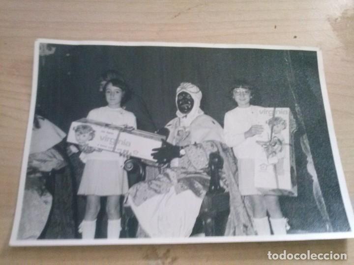 FOTO ANTIGUA DE REY NEGRO REGALANDOLE DOS MUÑECAS VIRGINIA A DOS NIÑAS (Fotografía Antigua - Fotomecánica)