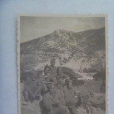 Fotografía antigua: FOTO DE MILITARES POSANDO CON MONO Y ALPARGATAS. PAYÁ , 1947. Lote 171215943
