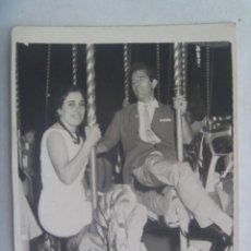 Fotografía antigua: MINUTERO DE FOTOGRAFO DE FERIA : ADULTOS MONTADOS EN CABALLITOS DEL TIOVIVO, 1959. Lote 171216123