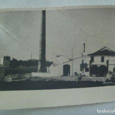 Fotografía antigua: FOTO DE UN CORTIJO CONVERTIDO EN FABRICA , CHIMENEA , ETC . AÑOS 50 ............. 12,5 X 17,5 CM. Lote 171216362