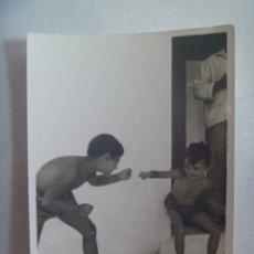 Fotografía antigua: FOTO DE NIÑOS EN BAÑADOR SIMULANDO UNA PELEA. Lote 171220495