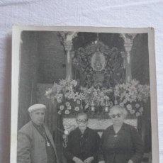 Fotografía antigua: ANTIGUA FOTOGRAFIA.ANCIANOS FRENTE A CARRETA SIMPECADO.VIRGEN DEL ROCIO.AÑOS 60?. Lote 171272822
