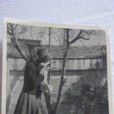 Fotografía antigua: ANTIGUA FOTOGRAFIA.NIÑA CON PERRO.AÑOS 50. Lote 171276279