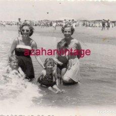 Fotografía antigua: PUNTA UMBRIA, HUELVA, 1953, ESCENA DE PLAYA, 118X86MM. Lote 171478743