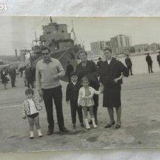 Fotografía antigua: FOTO DE FAMILIA EN EL PUERTO DE MALAGA, DETRAS UN BUQUE DE GUERRA, 1965. Lote 171533540